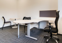 Meble biurowe TOBO: biurko z dostawką na stelażu metalowym